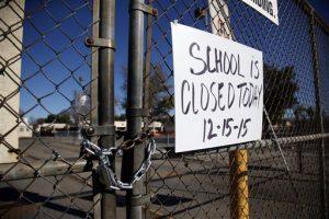 """Un cartel que dice que """"La escuela está cerrada"""" en la Birmingham Community Charter High School. Foto: AP"""