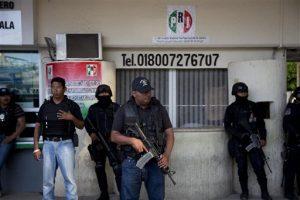 Policías vigilan el exterior de la municipalidad de Iguala, Guerrero, en México. Foto: AP