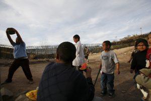 """En la frontera de Nogales, ciudadanos altruistas de la agrupación """"Por amor a los que menos tienen"""" solicitan a la comunidad la donación de materiales para construcción, ropa y alimentos no perecederos para entregar a familias desfavorecidas. Foto: AP"""