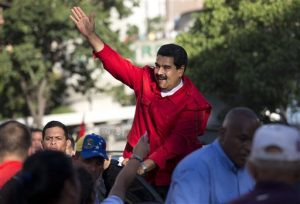 El presidente venezolano Nicolás Maduro saluda a sus partidarios durante el acto de cierre de campaña del oficialismo el 1ro de diciembre. Foto: AP