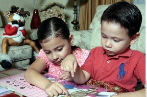 Pasar tiempo con los niños es la mejor manera de notar algún cambio en su carácter. Foto: Agencia Reforma