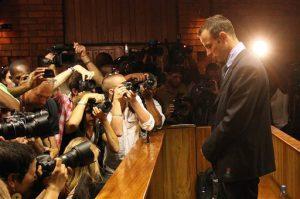 El atleta olímpico Oscar Pistorius durante una comparecencia ante la corte tras el asesinato de su novia, Reeva Steenkamp, en Pretoria, Sudáfrica. Foto: AP