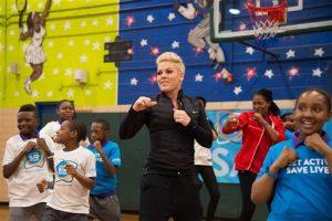 Pink hace ejercicio con estudiantes de la escuela Young Diplomats Magnet Academy, durante el lanzamiento de la campaña UNICEF Kid Power. Foto: AP