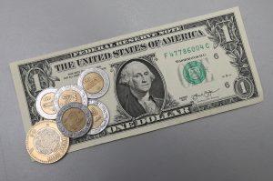 En el rubro económico tampoco se han cumplido las promesas del priismo. De 12.96 pesos por dólar, al ocaso del sexenio de Felipe Calderón, la paridad de la moneda nacional se ha desplomado a 17.27. Foto: Notimex