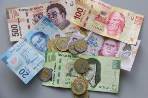 A partir de enero el pago que un trabajador mexicano al día pasará de los 70.10 a 73.04 pesos (O sea, 4.32 dólares diarios). Foto: Notimex