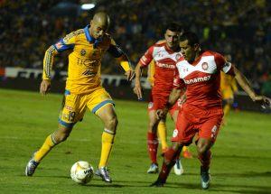 Los Tigres de la UANL y los Diablos Rojos de Toluca, empataron sin goles en estadio Universitario, en partido de ida de las semifinales del Torneo Apertura 2015. Foto: Notimex