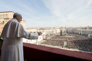 El papa Francisco amentó que pese a la esperanza de la Navidad, todavía hoy muchos hombres y mujeres son privados de su dignidad humana. Foto: AP