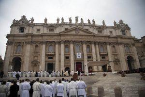 Unos 50 mil fieles y peregrinos llenaron la plaza vaticana de la Basílica de San Pedro. Foto: AP