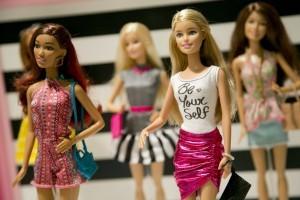 Las muñecas comenzarán a exhibirse en las tiendas de Estados Unidos en marzo y en el resto del mundo después de ese mes. Foto: AP