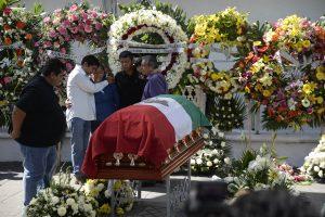 Familiares de la alcaldesa Gisela Mota lloran su muerte junto a su féretro, en su funeral en el edificio de su oficina en Temixco, México, el domingo 3 de enero de 2016. Foto: AP