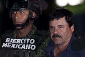 """Joaquín """"El Chapo"""" Guzmán (derecha), escoltado por soldados y marinos del ejército hasta un helicóptero en un hangar federal en la ciudad de México. Foto: AP"""
