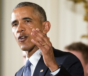Entre lágrimas el presidente Barack Obama hizo el anuncio de las medidas ejecutivas para hacer más estricto el control de la venta de armas de fuego. Foto: AP