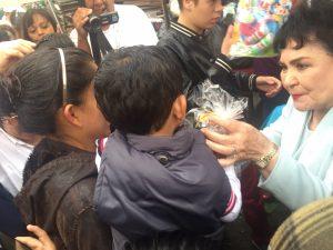 Carmen entregó juguetes a niños de escasos recursos. Foto: Cortesía