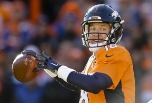 Peyton Manning, quarterback de los Broncos de Denver, lanza un pase en el partido de la ronda divisional de los playoffs frente a los Steelers de Pittsburgh. Foto: AP