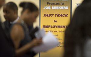 El Departamento del Trabajo de Estados Unidos informó que el número de personas que solicitaron prestaciones para desempleados creció la semana pasada a su nivel más alto en seis meses. Foto: AP