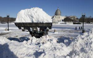 Un vehículo retira nieve frente al Capitolio federal en Washington, el domingo. Foto: AP