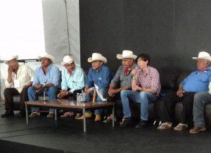 El investigador junto con los gobernadores de los pueblos yaquis. Foto: Cortesía Axel Solórzano