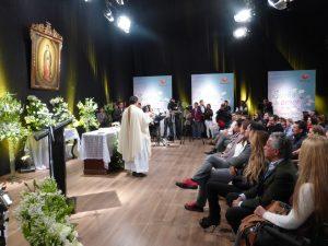 Elenco, staff y equipo de producción de Sueño de Amor durante la misa por inicio de grabaciones en foro. Foto: Cortesía de Televisa