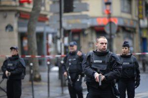 Agentes de policía aseguran el perímetro cerca del lugar donde murió abatido un hombre que supuestamente atacó una comisaría de policía en París. Foto: AP