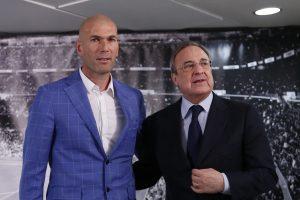 Zinedine Zidane y el presidente del Real Madrid, Florentino Perez, durante la presentación del francés como entrenador del equipo merengue. Foto: AP