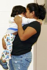 En esta foto distribuida por la Patrulla Fronteriza, una mujer mexicana no identificada, carga a su hijo en la estación de la Patrulla Fronteriza en Douglas, Arizona, luego de que agentes ayudaran a reunirlos el miércoles 13 de enero de 2016. La agencia indicó que la mujer intentaba subir el muro fronterizo cuando cayó y se lastimó. Un traficante tomó al bebé y lo llevó a Estados Unidos, pero una mujer distinta que llevaba al bebé fue aprehendida. Los agentes localizaron más tarde a la madre, quien logró cruzar a Estados Unidos en busca de su hijo. (U.S. Border Patrol via AP)