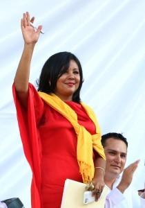 En esta fotografía del viernes 1 de enero de 2016, Gisela Mota saluda durante su ceremonia de juramentación como alcaldesa de Temixco, en el estado mexicano de Morelos. Foto: AP