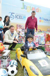 El gobernador de Puebla Rafael Moreno Valle ,y Jorge Garralda entregando juguetes. Foto: Cortesía TV Azteca