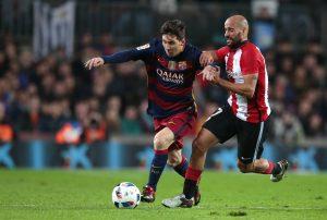 Lionel Messi (izquierda) del Barcelona disputa el balón con Beñat Etxebarría del Athletic de Bilbao en los cuartos de final de la Copa del Rey. Foto: AP