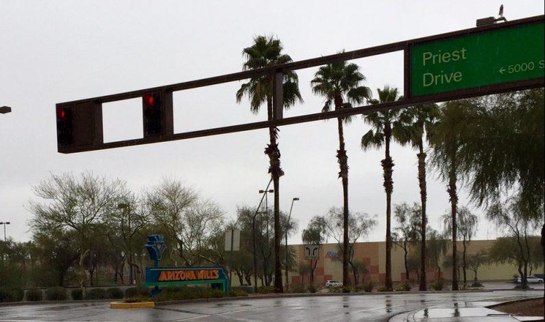 Fuertes vientos y apagones dispersos causa primer monzón en el Valle