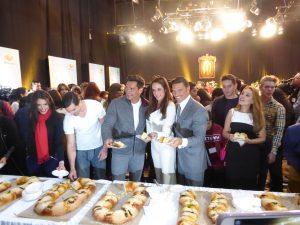 Luego de la Misa, festejaron la llegada de Los Reyes Magos partiendo la tradicional Rosca. Foto: Cortesía de Televisa