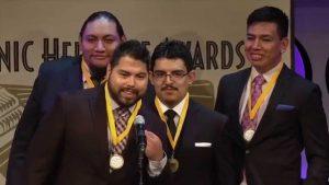 Oscar Vásquez (extrema derecha), quien emigró sin autorización a Phoenix a los 12 de años de edad, se recibió como ingeniero en la Universidad Estatal de Arizona en 2009. Foto: Cortesía