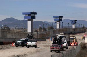 En el exterior de la cárcel del Altiplano continúan las obras de infraestructura en torno a la cárcel y hay una presencia muy discreta de fuerzas de seguridad federales. Foto: AP