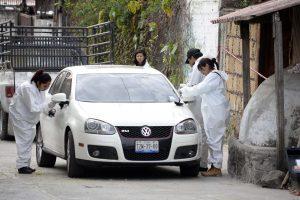 Investigadores forenses inspeccionan un automóvil afuera de la casa donde Gisela Mota fue asesinada, un día después de asumir como alcaldesa de Temixco. Foto: AP