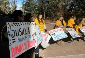 Una protesta contra las intenciones de la gobernadora de New Mexico de modificar la ley de otorgamiento de licencias de conducir se llevó a cabo frente al capitolio en Santa Fe. Foto: AP