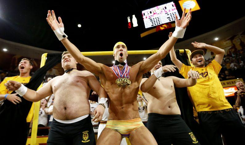 Phelps ayuda al equipo de básquetbol de ASU