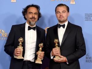 """Alejandro González Iñárritu, a la izquierda, y Leonardo DiCaprio posan tras ganar los Globos de Oro al mejor director y mejor película de drama y al mejor actor de drama, respectivamente, por """"The Revenant"""", el domingo 10 de enero del 2016 en el Hotel Beverly Hilton en Beverly Hills, California. Foto: AP"""