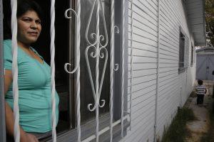 La centroamericana Roxana Janet Castillo posa para una foto en su casa de Los Ángeles. Castillo solicitó refugio para tres de sus hijos menores que viven en su natal El Salvador como parte de un nuevo programa del gobierno estadounidense para que los menores centroamericanos perseguidos por un grupo social como las pandillas, emigren a Estados Unidos legalmente. Foto: AP