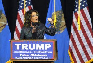 La ex candidata a la vicepresidencia por el partido republicano, Sarah Palin, habla durante un evento antes de presentar al precandidato presidencial, Donald Trump, en Tulsa, Oklahoma. Foto: AP