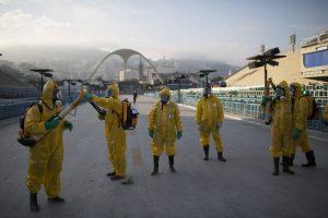 Funcionarios sanitarios se preparan en Río de Janeiro, Brasil, para rociar insecticida y así combatir al mosquito Aedes aegypti que transmite el virus zika. Foto: AP
