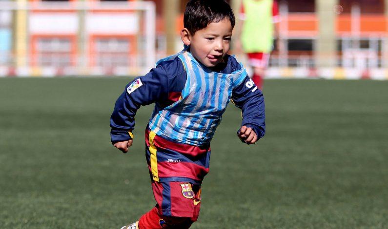 Niño afgano de 5 años podría llegar a conocer a Lionel Messi