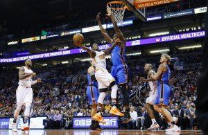 el Thunder de Oklahoma City se despegó en el marcador durante los últimos cuatro minutos para doblegar el lunes 122-106 a los Suns