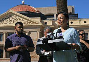 Francisca Porchas, derecha, directora organizadora de Puente, habla contra una serie de proyectos de ley contra los inmigrantes, el jueves 11 de febrero de 2016, en Phoenix, Arizona. Porchas forma parte de Puente, una organización de defensa de los derechos humanos y de los inmigrantes. (AP Photo/Ryan Van Velzer)