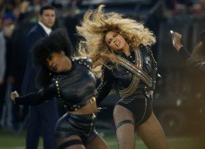 Beyonce durante su presentación en el espectáculo de medio tiempo del Super Bowl 50 de la NFL en en Santa Clara, California el domingo 7 de febrero de 2016. Beyonce trabajó horas extra este fin de semana. Tras lanzar una nueva canción el sábado y su presentación en el Super Bowl junto a Bruno Mars y Coldplay el domingo, la diva anunció una nueva gira de conciertos masivos. (Foto AP/Matt Slocum, archivo)