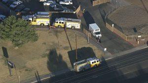 Vehículos policiales y de bomberos corrieron hacia el lugar. Las calles alrededor de la escuela estuvieron acordonadas.