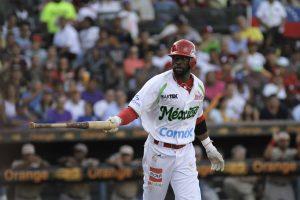 Justin Greene, de los Venados de Mazatlán, México, se dirige a la inicial tras gestionar una base por bolas en la primera entrada de la final de la Serie del Caribe contra Venezuela, el domingo 7 de febrero de 2016  (AP Foto/Roberto Guzman)
