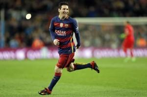 Lionel Messi durante el encuentro en que Barcelona goleó 6-1 a Celta de Vigo en la Liga Española en Barcelona el 14 de febrero del 2016. El argentino atrajo la atención del fútbol mundial cuando en vez de patear un penal al arco rival desplazó la pelota a un costado para permitir que su colega Luis Suárez entrara como una tromba y anotara (AP Foto/Manu Fernández)