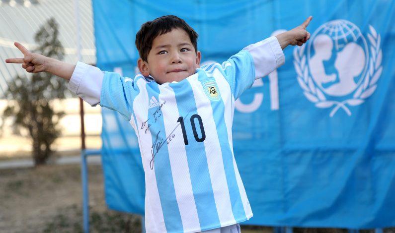 """Niño con camiseta """"casera"""" de Messi, listo para ver a ídolo"""