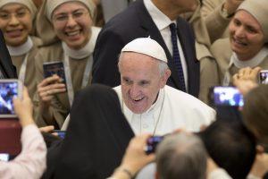 El papa propone un mundo donde hay lugar para los pobres, los olvidados; los que son diversos; los que vienen de tierras lejanas empujados por el hambre, la guerra y la violencia; los que hablan otras lenguas.