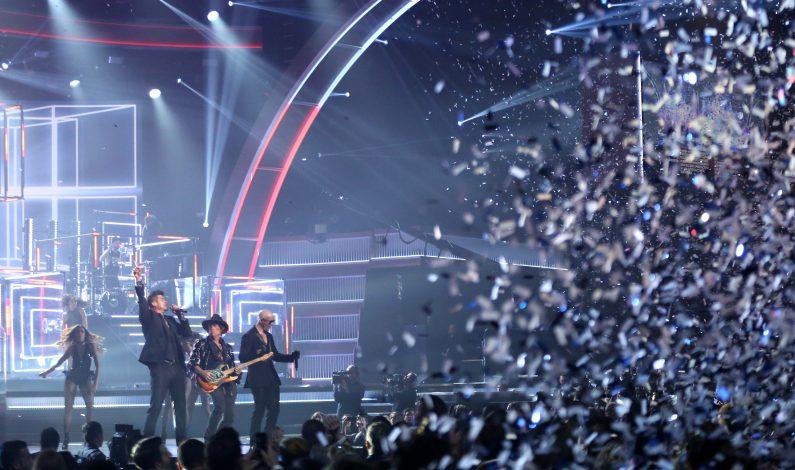 Natalia Lafourcade y Pitbull comparten premio Grammy