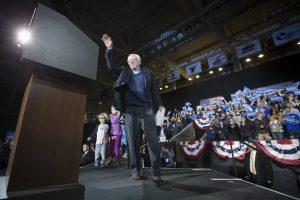 El precandidato presidencial demócrata, Bernie Sanders, Senador independiente de Vermont, saluda al público durante un acto de campaña en el Centro Whittemore de la Universidad de New Hampshire el lunes 8 de febrero de 2016 en Durham, New Hampshire. (Foto AP/John Minchillo)